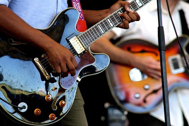 מה ההבדל בין גיטרה חשמלית לגיטרה בס